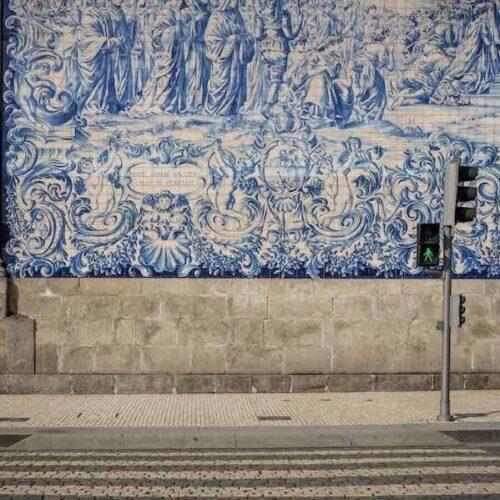 Porto liegt im Nordwesten Portugals. Bekannt ist die Stadt z.B. für...Portwein...wer hätte das gedacht.