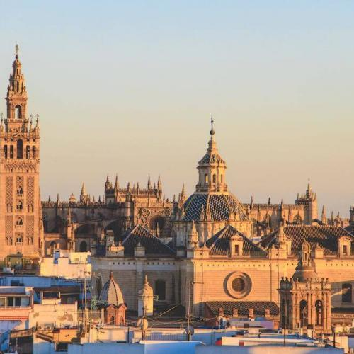 Die Stadt ist bekannt für ihre schöne Kathedrale.