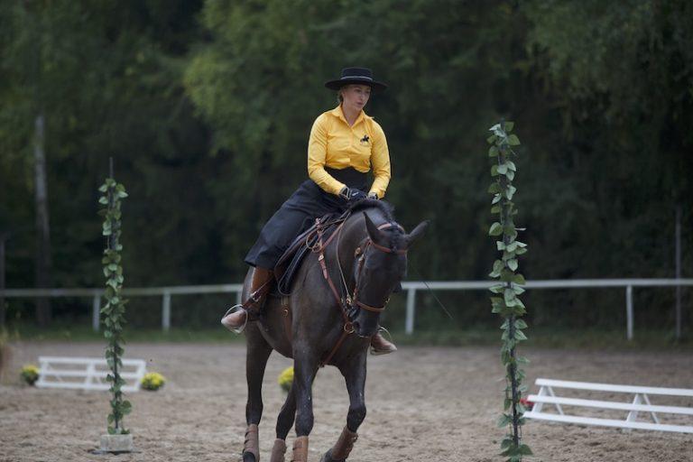 Reiterin auf spanischem Pferd bei Working Equitation Slalom bei Picadera